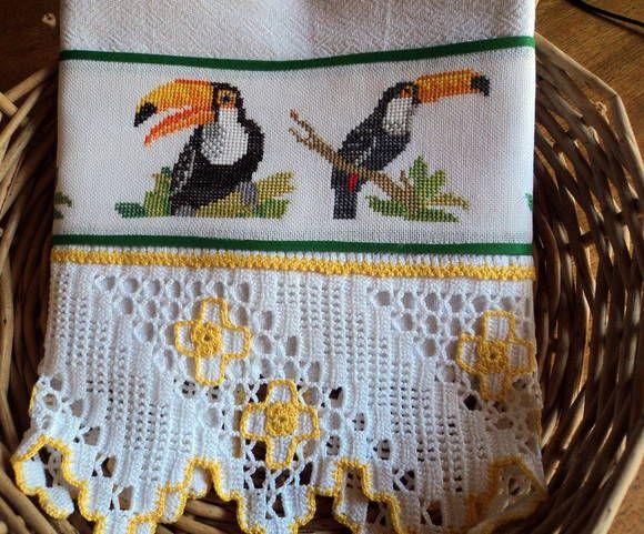 Pano de prato em tecido de sacaria, 100% algodão. Bordado em ponto cruz no tecido cânhamo e barrado de crochê. R$ 49,95