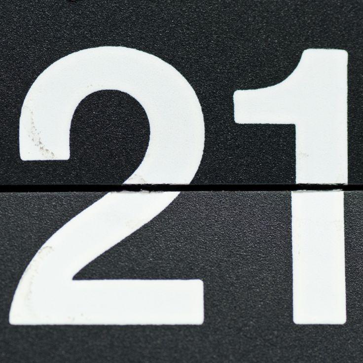 Het getal 21 van een retro omklapwekker. Originele verjaardagskaart voor een 21-jarige en ook leuk als uitnodingskaart voor je 21-jaar feest!