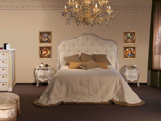 Gran cama clásica con cabecera acolchada.