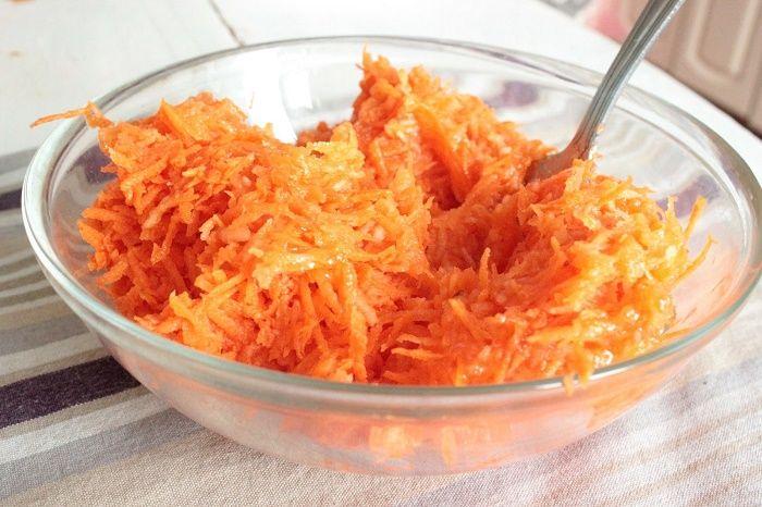 Вкусное лекарство от кашля! 3. Морковно-медовая смесь Этот рецепт хорошо помогает при затяжном кашле и даже при бронхите, а ингридиенты есть в каждом доме.  1 морковь 1-2 ст. ложки меда (при аллегрии на мед, его можно заменить сахаром)сок из половины морковки  + 2 порции сливок для кофе 10 %-ных  + 0,5 чайн. ложки сахара,  до этого правда сок половины свеклы пополам с водой был опробован в тех же целях (якобы полоскание соком свеклы лечит горло даже ангину)