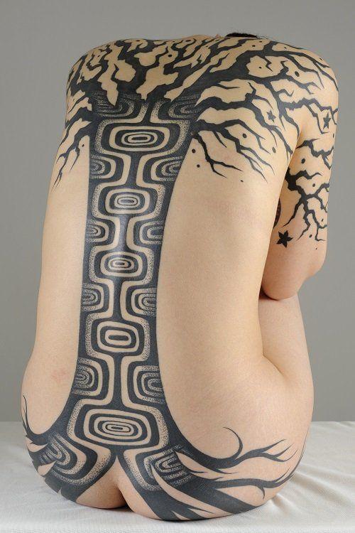 『縄文族 JOMON TRIBE』とは、タトゥーアーティストの大島托とフォトグラファーのケロッピー前田によるアートプロジェクトである。 JOMON TRIBE © TAKU OSHIMA & RYOICHI KEROPPY MAEDA 大島托は、黒一色の文様を刻むトライバル・タトゥーおよびブラック…
