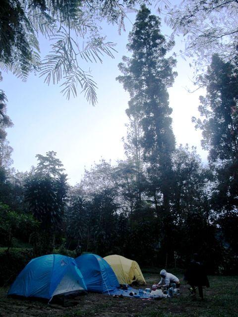 Kami sedang sibuk packing ketika Novi, teman baik saya sejak masa kuliah menanyakan apakah saya, suami serta Lana dan Keano jadi camping....
