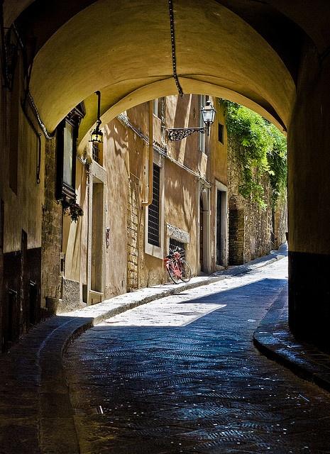 Uno de los callejones románticos de bella Florencia, Italia. (drsa)