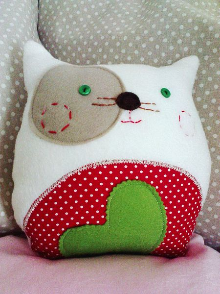 Modern DIY cat plush / throw pillow! Do a star instead if the heart though! Inspiration: http://de.dawanda.com/product/30860133-Sofamieze