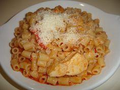 Υλικά  2 στήθη κοτόπουλου κομμένα σε κύβους  1 κρεμμύδι ψιλοκομμένο  1 πιπεριά κόκκινη κομμένη σε ροδέλες  1 χούφτα δυόσμο  1 πιάτο ντομάτα τριμμένη  Λίγο μοσχοκάρυδο  1 πακέτο μακαρονάκι κοφτό  Αλάτι-πιπέρι-ζάχαρη    Εκτέλεση  Σε βαθύ τηγάνι ρίχνουμε 4 κουταλιές της σούπας ελαιόλαδο και σοτάρουμε το κοτόπουλο. Προσθέτουμε