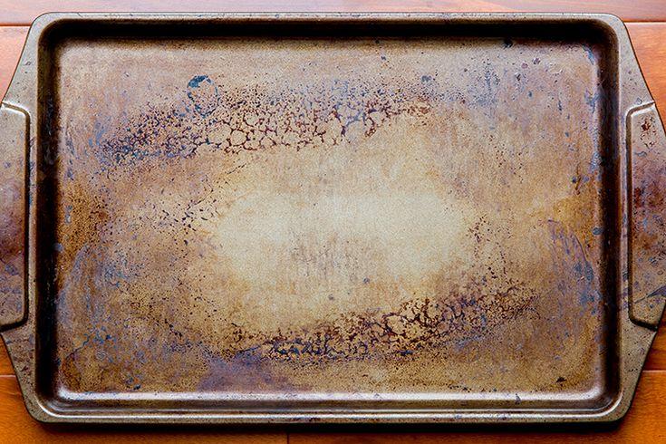 En beskidt bradepande kan renses med cola og bagepulver.