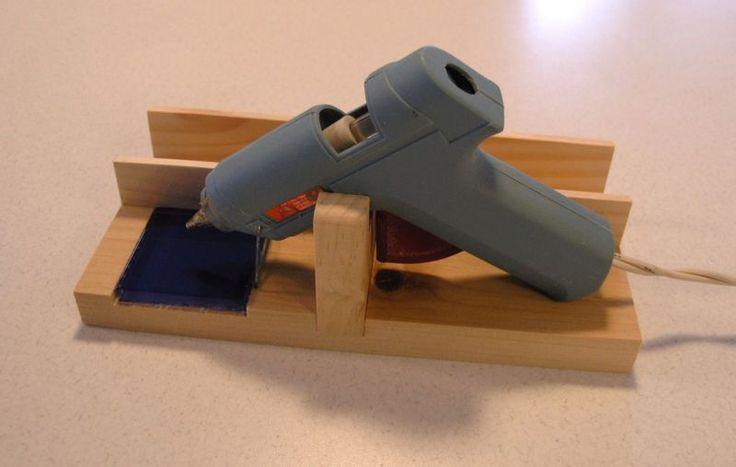 Клеевой пистолет подставка и подставка, со стеклянными временем и боковые пространства для хранения