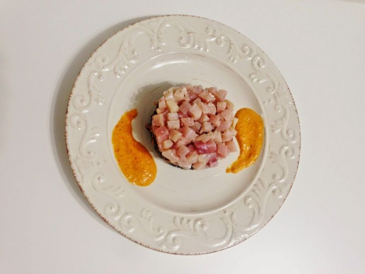 Tartare di spada con riso venere, verdure croccanti e salsa ai peperoni arrosto e yogurt – Cannella e Confetti