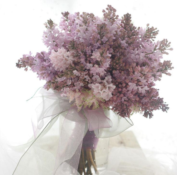 ライラックで作る、夜明けの紫のブーケ。「夜明け前」、という言葉のロマンティックさ加減に凡人の自分はくらくらするのでこのブログでもつい多用してしまうのですが...