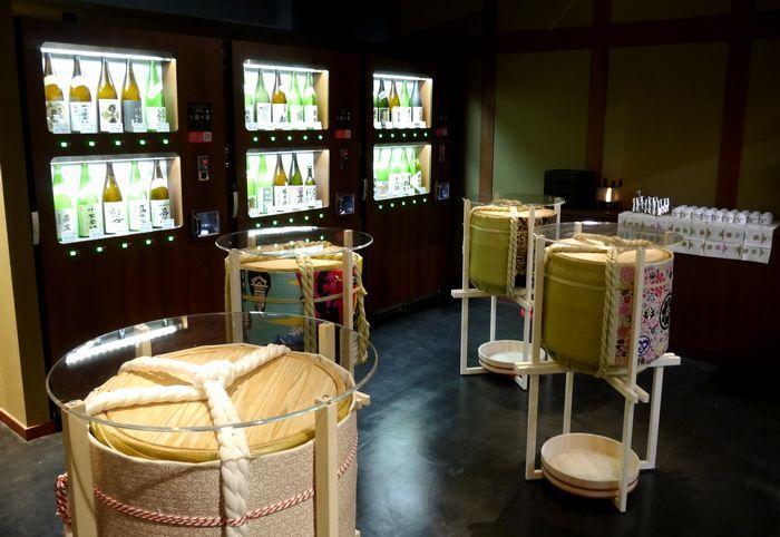 11月25日オープンの「-両国- 江戸NOREN」にあるショップ「東京商店」。店内奥に、東京の日本酒を気軽に利き酒できるスポットが登場。