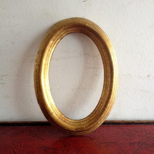 アンティークのオーバルのフォトフレーム アンティークゴールドの色と質感が素敵なフランスアンティークのフォトフレームです。オーバルの丸み、モールディングがかわいいですね。大切な写真を入れたり、鏡(ミラー)を入れたり、絵や布を飾っても素敵です!