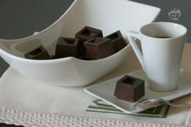 I cioccolatini ripieni sono un eccellente dopo pasto che abbina l'amarezza del cioccolato fondente alla dolcezza di un ripieno di ganche al rum.