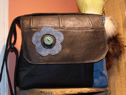 Joli sac en cuir et suède recyclés bandoulière ajustable - Produits fabriqués au Québec par Josée Lussier