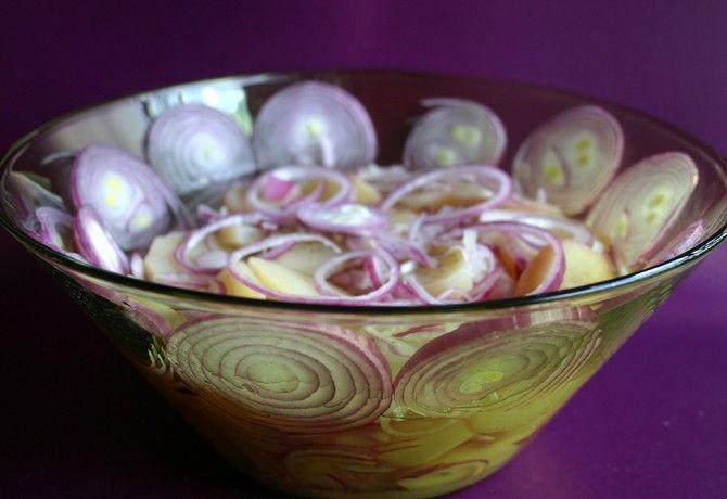 Lilahagymás krumplisaláta
