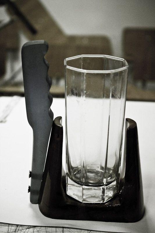 Porta/sujeta vasos  / Madera + resina (plástico)  Junio 2011. Mi primer acercamiento con estos materiales.
