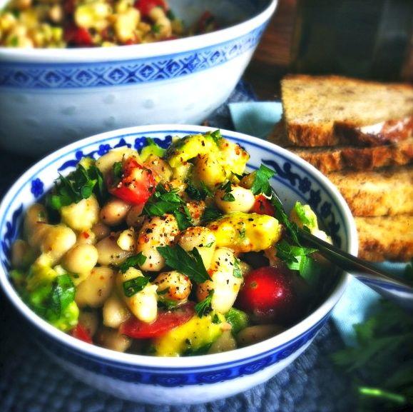 Heerlijke gezonde en frisse zomerse salade van witte cannellini bonen, avocado & zoete tomaatjes