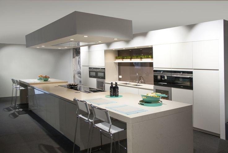 25 beste idee n over kookeiland verlichting op pinterest eiland verlichting keuken hanglamp - Grote keuken met kookeiland ...