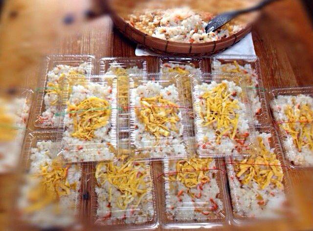 今日は、年に2回ある棚卸しです。 毎回少〜しですが、お弁当を作っています。  今回は、チラシ寿司だけですが13人分です。  手抜きで、具入り◯◯園のチラシ使いました(≧∇≦) 仕上げにアレンジでゴマを混ぜました。 - 56件のもぐもぐ - 13人分のチラシ寿司。2014.02.13 by mariko616