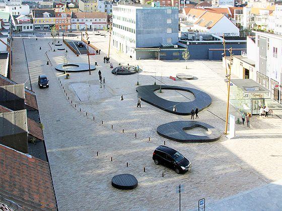 Durch die Verlagerung der Parkplätze in die darunter liegende Tiefgarage bietet das neue Grønnegade viel Raum zum Verweilen, Schlendern und ...