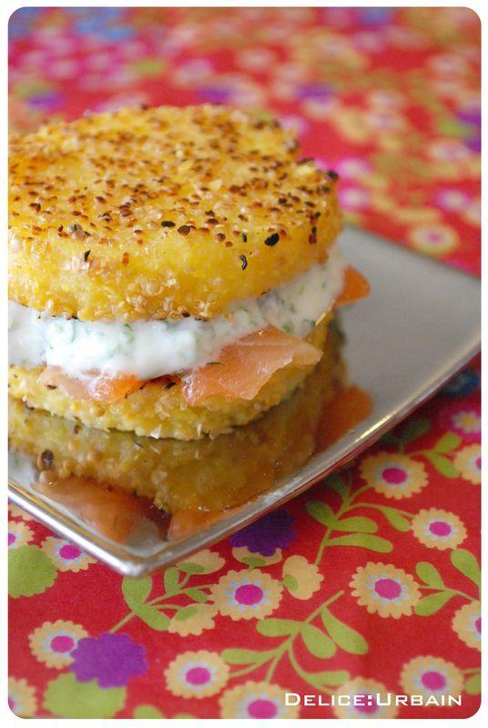hamburger_polenta 1 sachet de polenta 1 litre 1/4 de bouillon le jus d'un citron 1 yaourt brassé quelques branches de ciboulette et de persil finement hachées 4 cuillères à soupe de graines de moutardes moulues grossièrement 200g de saumon