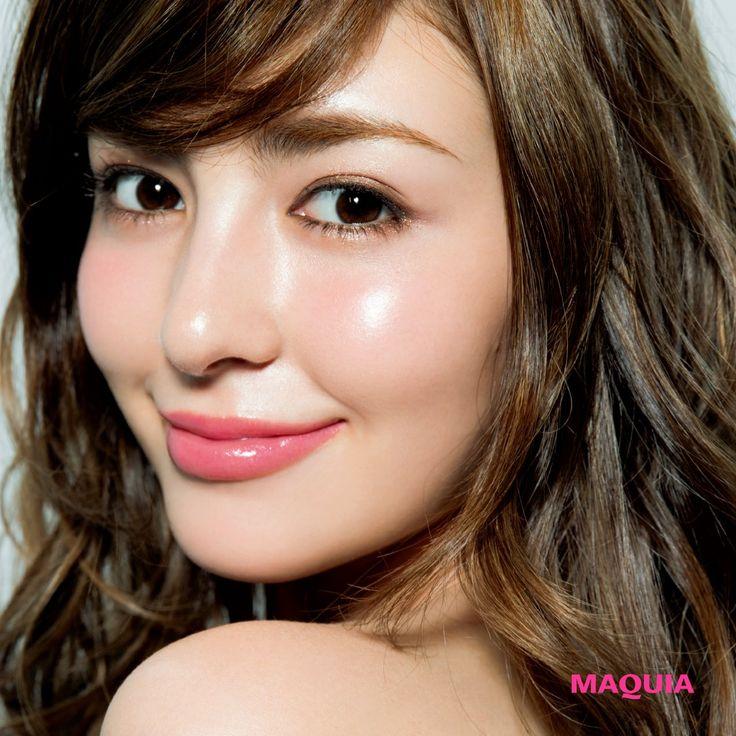 「MAQUIA」10月号では人気アーティスト千吉良恵子さんが、新色ブラウンパレットを主役に今シーズントライすべき秋メイクを提案しています。今回はジルスチュアートのブラウンパレットを使ったガーリーメイクをお届け。きらめくブラウンで夢見るようなガー...