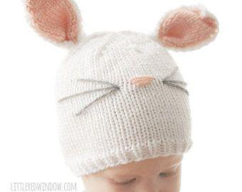 Il modello di lavoro a maglia maglia cappello di prua è di gran lunga il mio modello di cappello bambino più venduto e non è una sorpresa perché è un perfetto mix di dolcezza e semplicità. Inoltre la maglia cappello bambino Bow è la soluzione perfetta per quei piccoli che potrebbero essere un po lento sulla parte anteriore di crescita dei capelli (ahem, Baby V...) Questo modello di maglia include taglie da neonato a 2T + ed è una maglia rapida e facile. E rende un fantastico regalo baby…