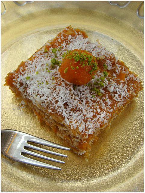 Balkabaklı bisküvili pasta arşivde bekleyen tariflerden .Bisküvili tarifleri seviyorsanız bu tarifi de deneyin derim. Pudingli bisküvili pasta tarifine buradan Bisküvili havuç topları tarifine buradan İki renkli bisküvili pasta tarifine buradan bakabilirsiniz. Balkabaklı bisküvili pasta için gerekenler 1 kg balkabağı 1,5 su bardağı şeker 2 paket petibör bisküvi 1 su bardağı ceviz Bisküvileri ıslatmak için süt …