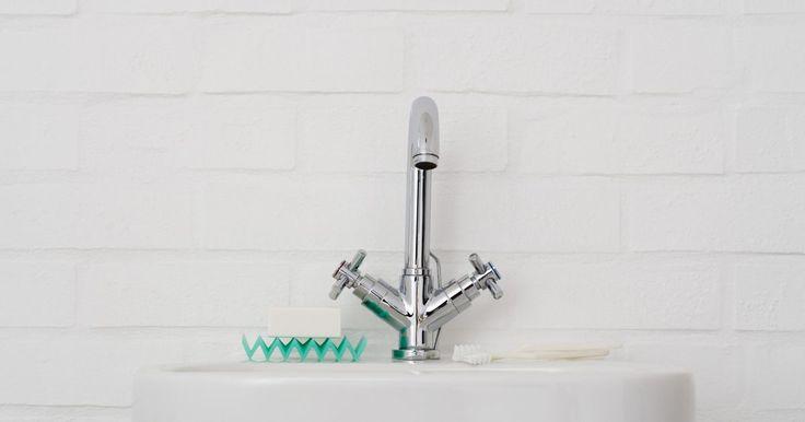 Cómo destapar el lavabo de un baño en segundos. No es necesario que dependas de los limpiadores de tuberías para destapar el lavabo de tu baño. Además de ser lentos, estos limpiadores contienen químicos potentes que pueden dañarte si entras en contacto con el líquido, o que pueden dañar las tuberías. En cambio, toma la sopapa y prepárate para destapar el lavabo en un minuto o menos.