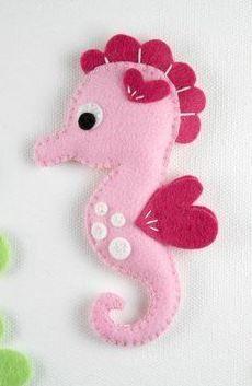 Felt Seahorse Toy - Sewing Pattern via Makerist.com  #sewingwithmakerist #sew #sewing  #sewkindofwonderful #sewingpattern #sewinginspiration #diy #handmade #homemade #sewingprojects #sewingtutorial  #felt #toy #sea #ocean #fish #seahorse