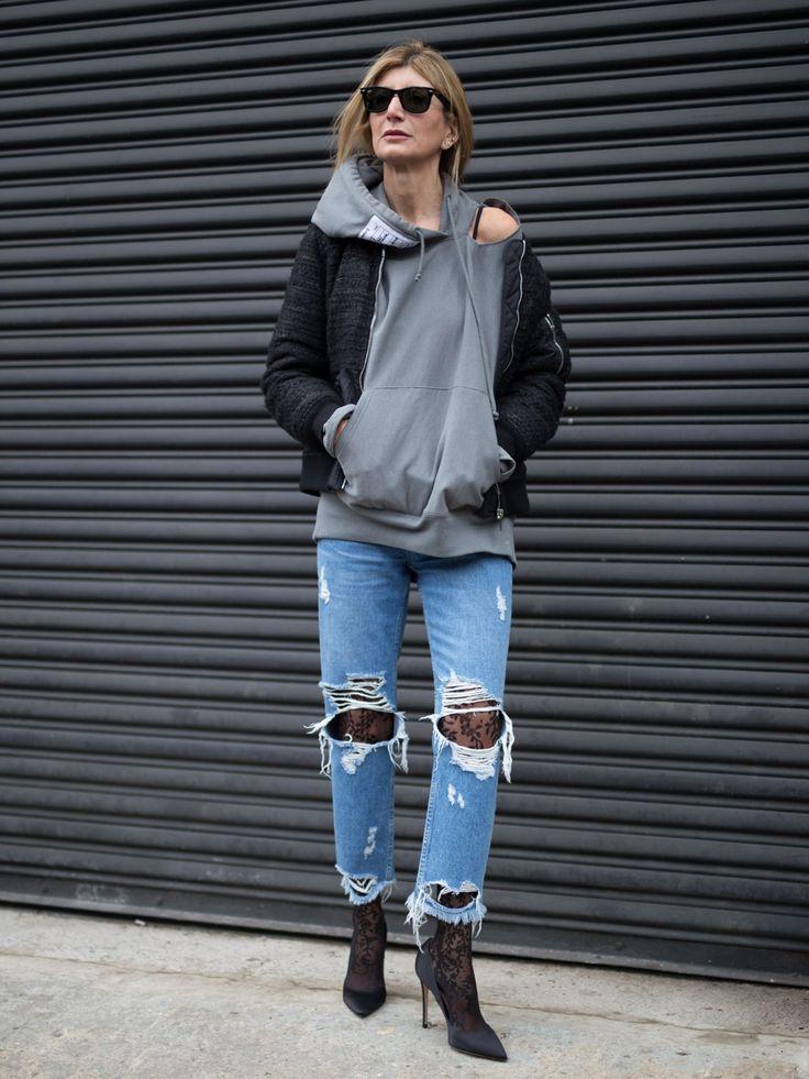 Gegensätze ziehen sich an: deswegen lieben wir diesen Streetstyle abseits der Fashion Week New York auch so sehr. Bei diesem Look treffen coole Destroyed Jeans (und Kapuzenpulli) auf weibliche Pumps und Spitzenstrumpfhosen.
