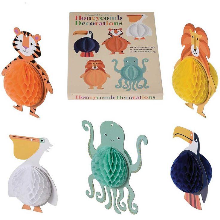 Pour une super déco de chambre, déplie les 5 personnages et accroche-les au plafond, à une poignée de porte ou à un mur !    Tu pourras également en faire un mobile ou les offrir à tes amis dans une pochette surprises.    Personnages en nid d'abeille.    Diamètre : 6,5 cm. Ficelle fournie.   8,90 € http://www.lafolleadresse.com/decoration-enfant/3481-5-personnages-decoratifs-nid-d-abeilles-a-suspendre.html