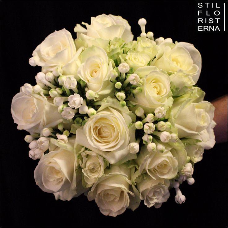 Elegant och stilren handbunden brudbukett med vita rosor och Bouvardia, i bollform.