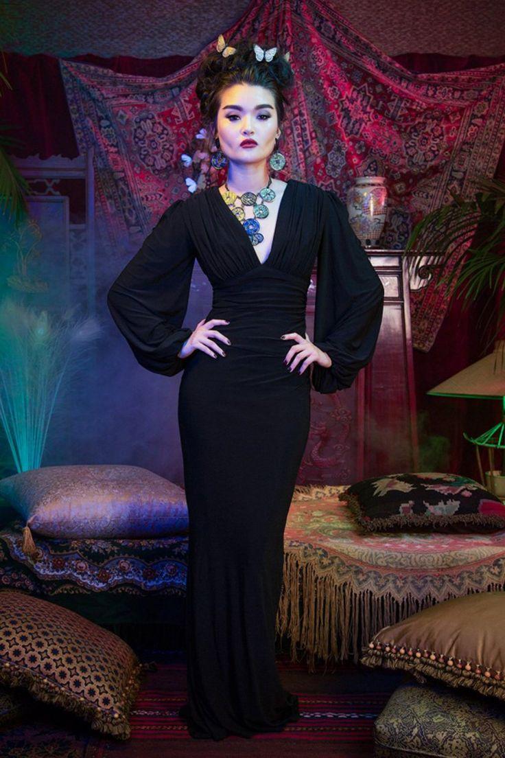Durf je zelf bloot te geven in deze30s Laura Byrnes California Gia Gown!  Geïnspireerd op de decadente en elegante jurken uit de jaren 30 heeft deze showstopper een top die zowel aan de voor- als aan de achterzijde geplooid is en een diepe V-halslijn waardoor je een duizelingwekkend decolleté laat zien, wow! De lange geplooide pofmouwen maken de classy Greta Garbo look helemaal af!Uitgevoerd in een fantastische matte zachte stof met een lichte goudschij...