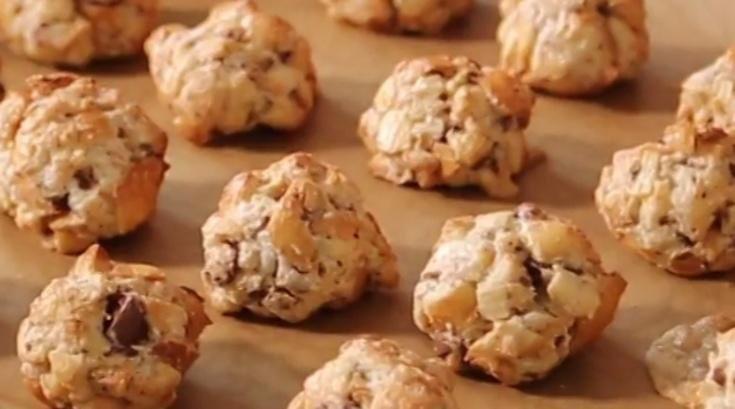 """Míra Hejduk připravuje rychlá a jednoduchá jídla, jak sám říká,  """"za nula nula prdlačky"""". Nejenže si uvaříte z nejběžnějších surovin a  pořádně se nadlábnete, ale navíc ještě ušetříte.Suroviny na pusinky:5 starých rohlíků nebo housek1 kokosová sušenka (pokud jich bude víc, tím líp)1 lžíce moučkového cukru2 ušlehané bílkyOHODNOŤTE TENTO POŘAD NA ČSFD ZDE.FACEBOOK VAŘÍME S MÍROU NAJDETE ZDE.Účinkoval: Míra """"Mrázik"""" HejdukRežie: Martin KrušinaKamera: Janek Rubeš, Markus KrugStřih: Jirka…"""