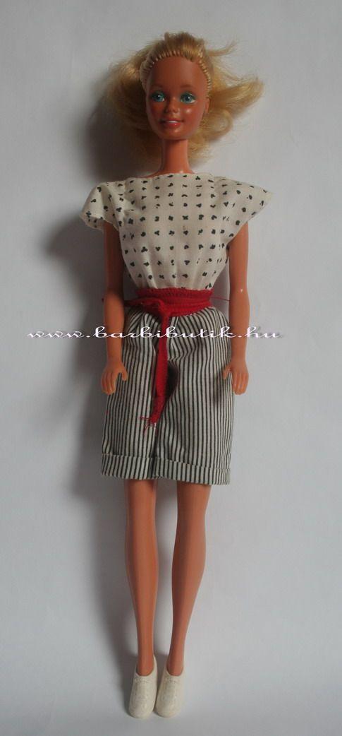 Retro Barbie 1983-ból, eredeti ruhában egy egyszerű mégis csinos kis overallban. Piros övvel.