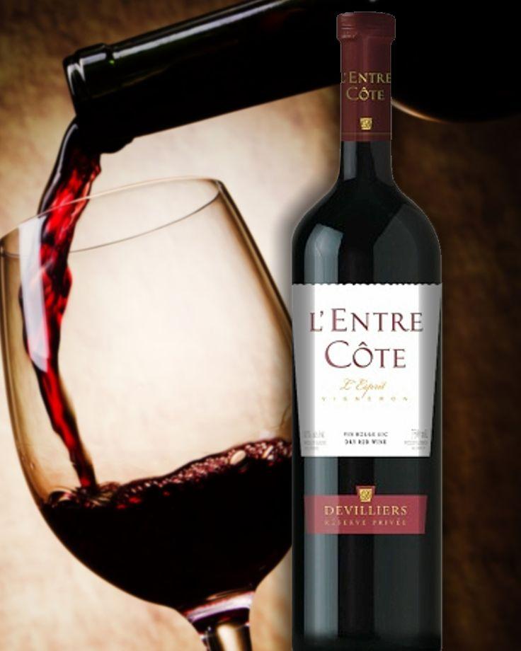 L'ENTRE CÔTE - Un vin rouge qui passe bien la semaine mais jeune! Un vin légèrement sucré à la Robe d'une intensité rouge plutôt faible aux arômes qui rappelle les fruits des baies et une légèreté vanillé. Une acidité forcée qui laisse un gout charnu et sec à la texture quasi grasse. La température de service se situe entre 12°C &: 14°C  / Degré d'alcool 11,0 %