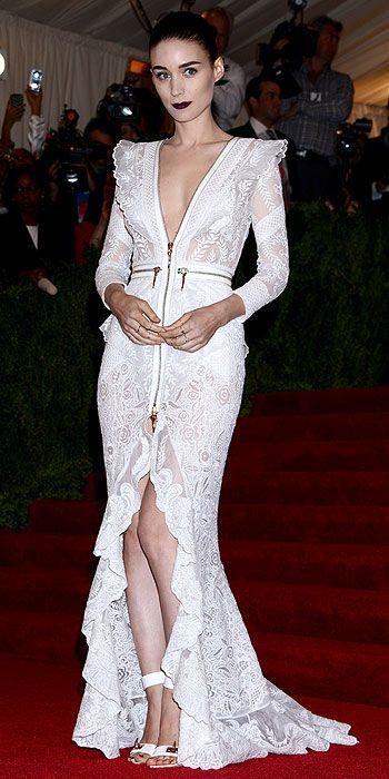 Rooney Mara, by Givenchy, con sandalias blancas alta con detalle dorado de Ricky Sarkany. Via: sarkanytrends.com.