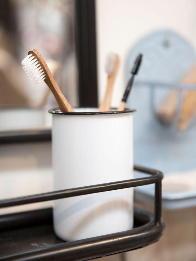 Pot à brosse à dent en métal émaillé blanc et liseré noir, 8 x H 12 cm, 6,90 euros, Decoclico.fr