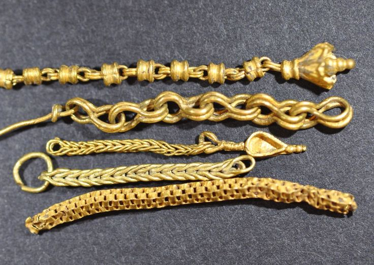 Greek jewelry, Greek gold chains, 4th-3rd century B.C.Greek jewelry, Greek gold chains, masterworks of gold craftsmanship, 3 cm long max. Private collection