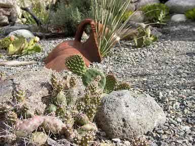 Decoracion de jardineras con piedras grandes y jarrones - Piedras para jardineras ...