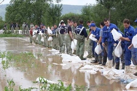 Sok honfitársunk aggódva figyeli a napi híreket, és sajnos nemcsak az esetleges árvíz okozta károktól tartanak.   Miközben a szakhatóságok és önkéntesek lázasan dolgoznak a hatalmas árhullám megfékezésén, a jelek szerint a bűnözők sem lankadnak. Míg azonban a...