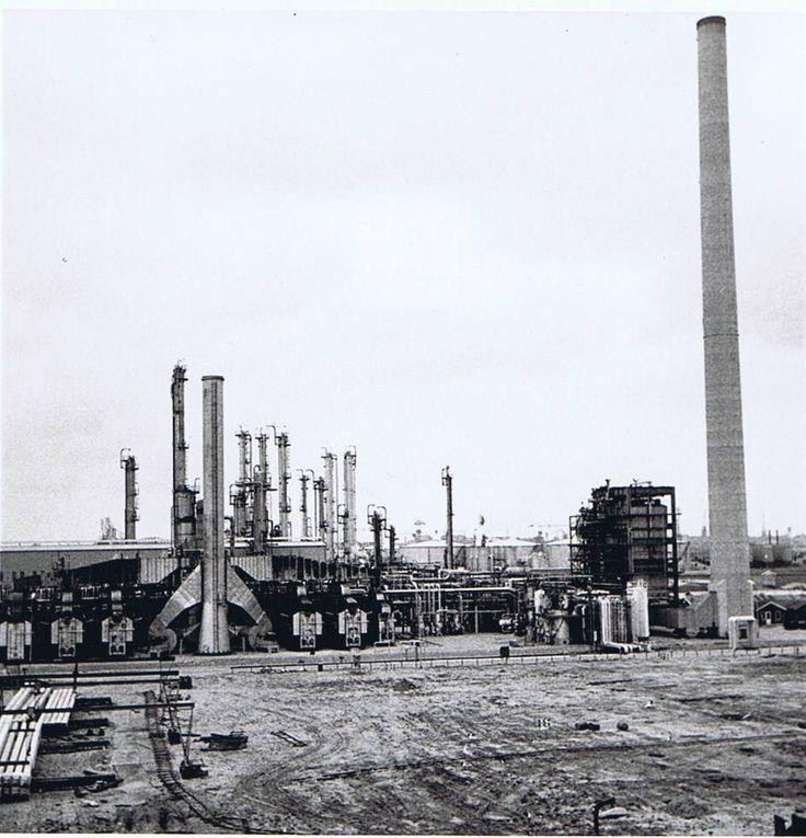 Naftacracker bij Shell. 5 stuks ovens voor het cracker van nafta en rechts de stoomketel met schoorsteen. Hier heb ik gewerkt als Operator.