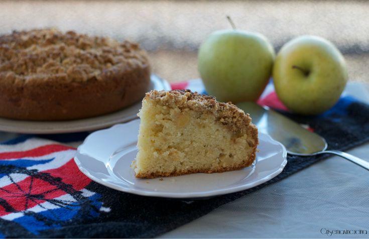 la torta con crumble di mele, un dolce croccante e gustoso, della cucina inglese, ideale per la prima colazione o per la merenda.