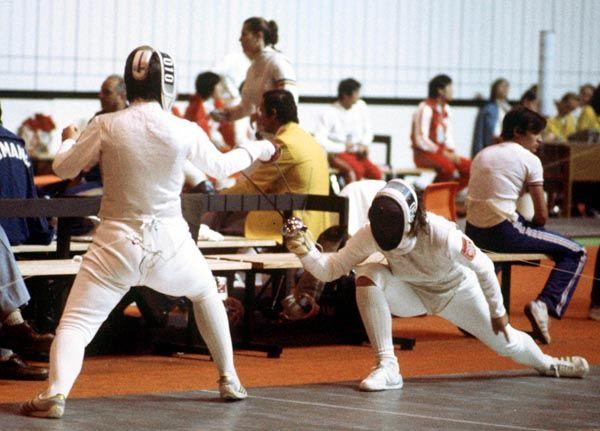 Fleurette Campeau du Canada (gauche) participe en escrime aux Jeux olympiques de Montréal de 1976. (Photo PC/AOC)