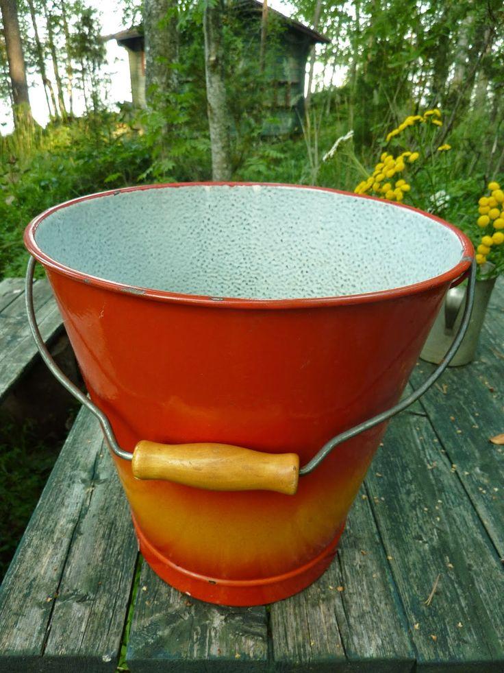 Kotona oli tällainen käytössä vielä 1960-luvulla vesiämpärinä. Punakeltainen emaliämpäri 1950-luvulta