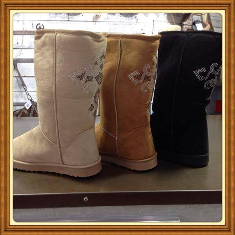 Laars in suède look en strass op de achterkant. Lekker warm geen koude voetjes deze winter in de kleuren cognac , zwart en beige.