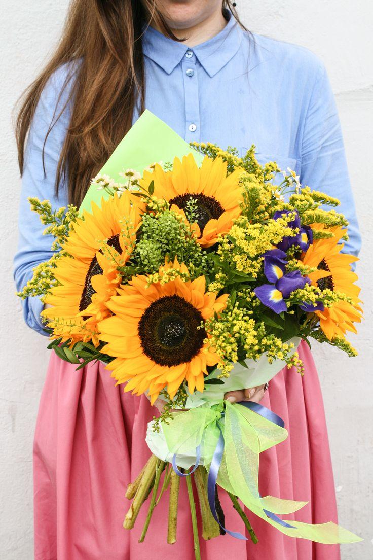 Летний букет с крупными подсолнухами. #bouquet #sunflowers #summer #букет #подсолнухи #лето