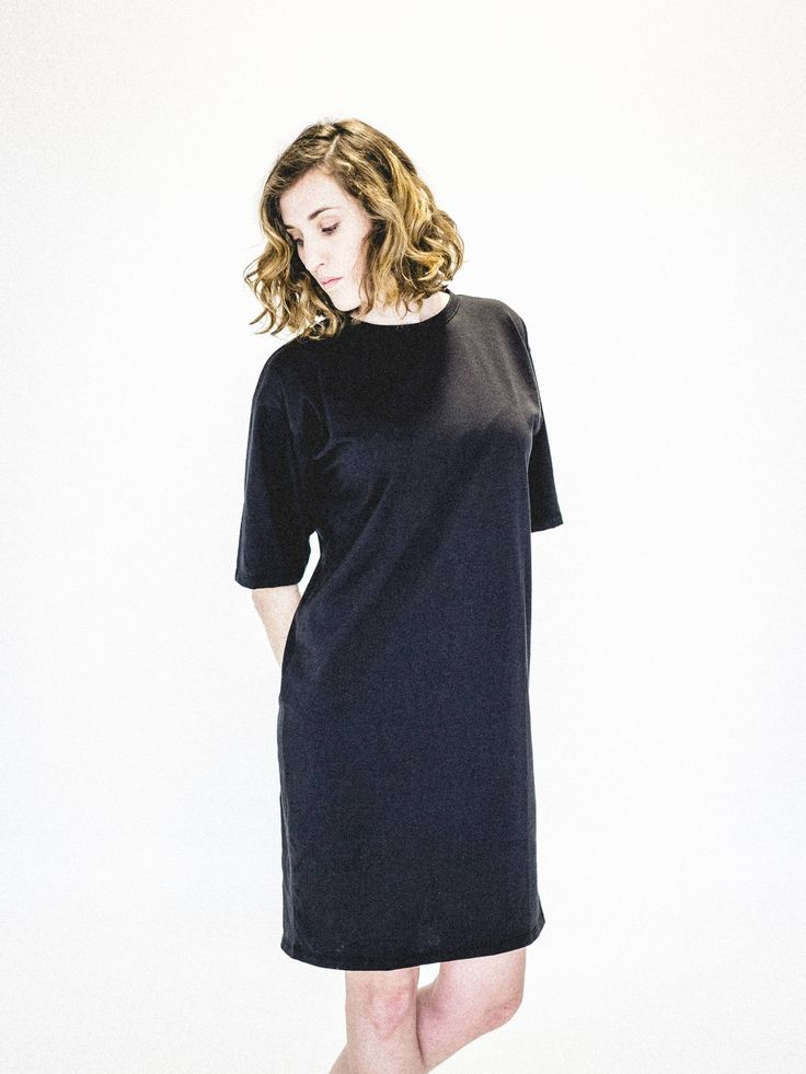 Robe longue noire pour femme. Tissu écologique fait de coton biologique et polyester recyclé. Vêtement minimaliste et fait au Québec. www.vymoo.com