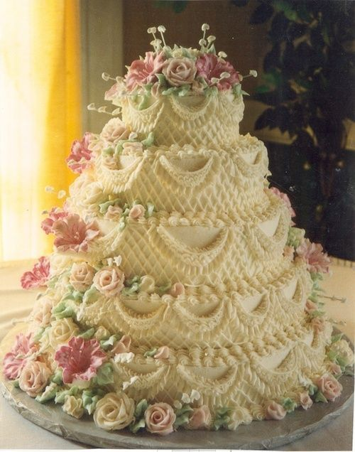 im very into these intricate flowered designs, Somehow this cake's shape makes me think of a grandma's pillows. haha:)