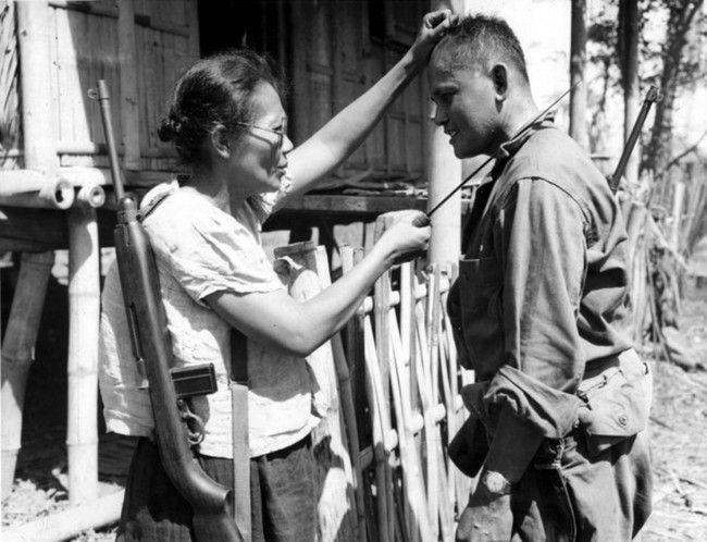 Filipínská partyzánka Nieves Fernandez ukazuje americkému vojákovi, jak zabíjela japonské okupanty (1944)